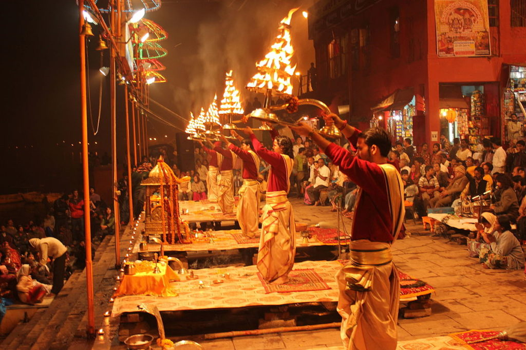 1200px-Evening_Ganga_Aarti_at_Dashashwamedh_Ghat